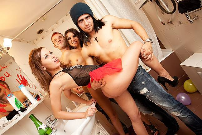 Group bathroom fuck at the drunk party