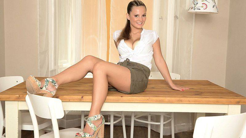 Delectable Tablemate with Jessie Simmons