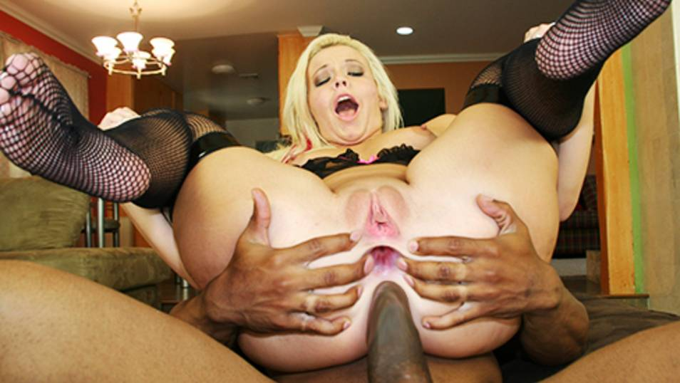 Bubble-ass blonde gets it filled by a huge load