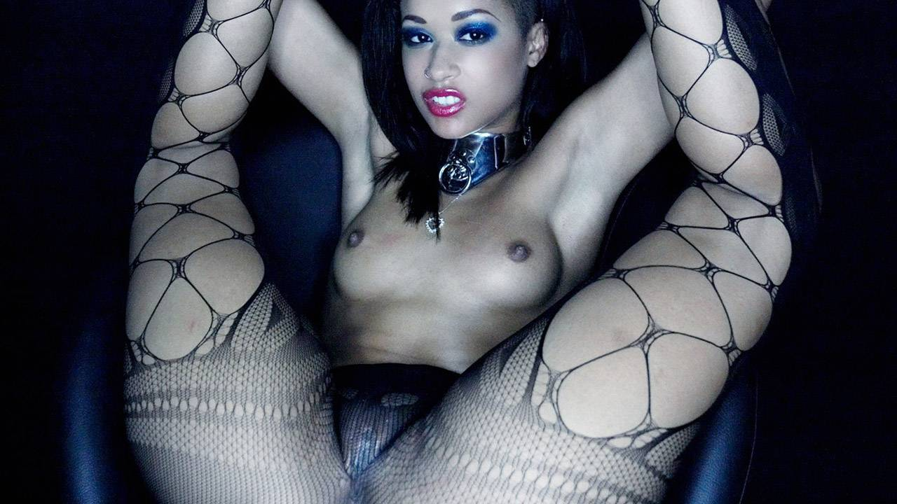 Skin Diamond : Playing with her wet pussy